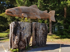 Massive wooden salmon; Redwood Highway