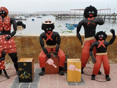 Figurines made from hay by the Paracas waterfront