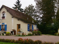 A well maintained lock keeper's house; Canal du Nivernais