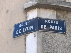 Routes leading to Lyon and Paris; Cravant