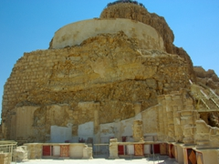 The Northern Palace's lower terrace was used for banquets and receptions. It consisted of a chamber surrounded by columns. The outer walls were plastered and covered with stucco, while the inner walls had frescos; Masada