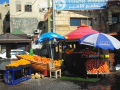 A fresh fruit juice stand; Akko