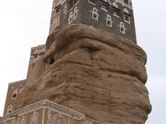 View of the imposing Dar al-Hajar (Rock Palace), where the ingenuity of Yemeni architecture can be seen