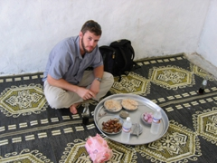 Robby eating a simple lamb-dish, somewhere along the route between Seyun to Mukalla