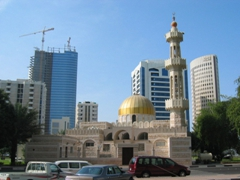 A picturesque compact mosque in bustling Abu Dhabi
